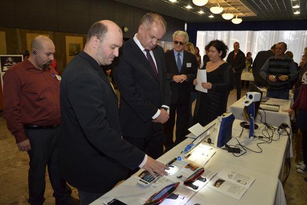 Prezident Andrej Kiska pri pomôckach pre nevidiacich a slabozrakých počas 8. zjazdu Únie nevidiacich a slabozrakých Slovenska.