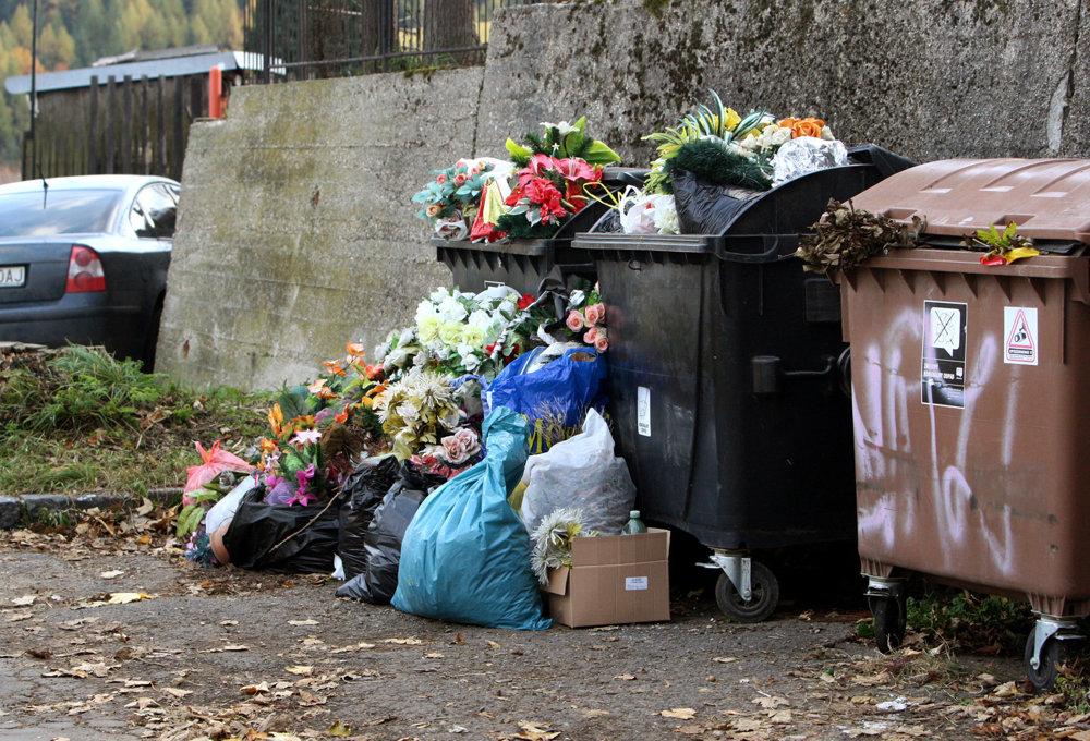 Odpadové nádoby na cintoríne v Banskej Štiavnici.