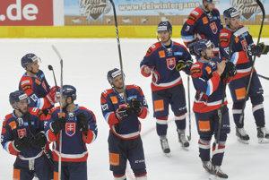 Slovenskí hokejisti oslavujú víťazstvo nad Kanadou.