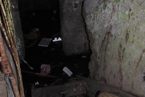 Takto vyzerali pivničné priestory vTitaniku. Zdevastovanú bytovku už zbúrali.