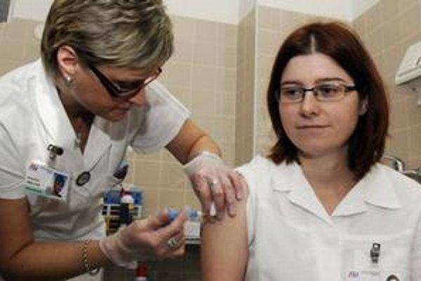 Zdravotnícki pracovníci sa zatiaľ do očkovania proti prasacej chrípke nehrnú.