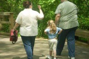 V pozadí obezity stoja rôzne faktory, nielen biologické, ale aj psychologické či psycho-sociálne. Obézni rodičia často vštepujú nevhodné stravovacie návyky aj svojim deťom.