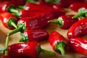 Neopakovateľnú štipľavú chuť čili papričiek má na svedomí látka kapsaicín. Jej syntetická podoba našla uplatnenie v algeziológii - liečbe bolesti.