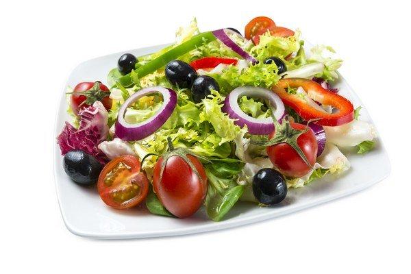Listový šalát môžete kombinovať s inou zeleninou a vytvoriť tak zdravú a chutnú prílohu takmer ku každému hlavnému jedlu.