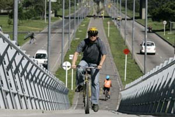 Aj keď nemáme ideálnu hmotnosť, nemali by sme sa vzdať pohybu. Vhodnými aktivitami sú plávanie a bicyklovanie.