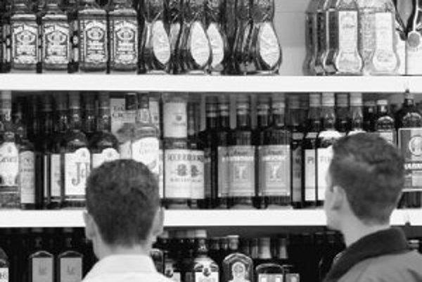 Pokušenie je veľké. Obchodné reťazce ponúkajú široký sortiment alkoholu a regály plné destilátov mladých ľudí inšpirujú ochutnať túto podobu sveta dospelých. ILUSTRAČNÉ