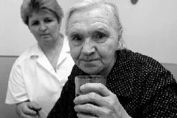 Pri problémoch s častým močením v noci, ktorým trpia najmä ľudia po šesťdesiatke, sa treba poradiť s lekárom a zmeniť pitný režim. ILUSTRAČNÉ FOTO SME - JÁN KROŠLÁK