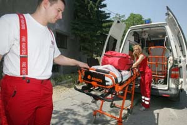 Záchranári Renata Štebová a Michal Smažák sú jedným z tímov spoločnosti International Rescue System, ktorý má stanicu záchrannej služby pre potreby hlavného mesta, umiestnenú vo Vajnoroch. Foto SME - Peter ŽákovičV prípade zdravotného problému alebo nehod