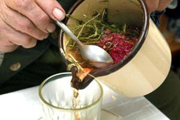 Pri opakovanom vracaní a hnačke hrozí dehydratácia, tekutiny treba preto doplniť – vhodné sú bylinkové čaje.
