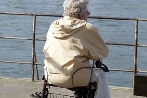 Pomôcky zabezpečia väčšiu samostatnosť, primeraný pohyb napomôže udržaniu aspoň čiastočnej  funkčnosti kĺbov.
