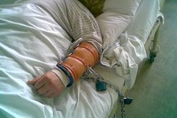 Pacient R. A. leží v psychiatrickej nemocnici v Pezinku od februára nonstop pripútaný k posteli. Lekári, sestričky aj ochranka sa ho boja, útočí všetkým, čo mu príde pod ruku.
