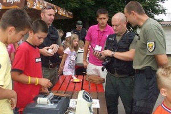 Policajná návšteva v tábore.⋌ FOTO – ARCHÍV ROMANA KRIŠTOFÍKA