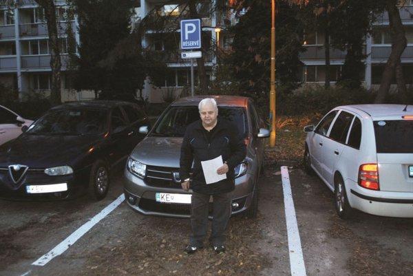 Ernest Kišac. Zo širokého miesta pre invalidov mu z ničoho nič urobili obyčajné.