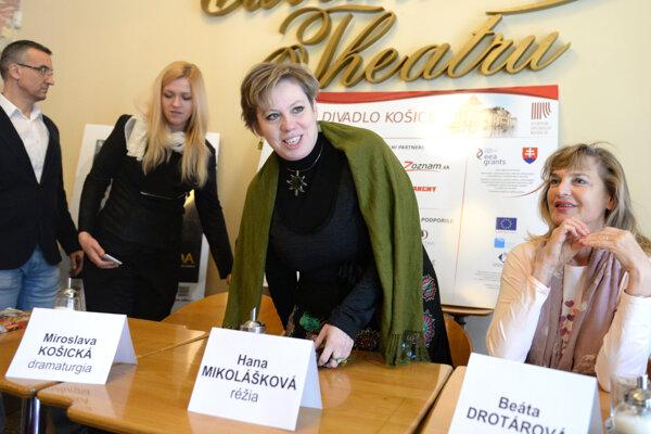 Pred premiérou Maškarády. Zľava riaditeľ činohry Milan Antol, dramaturgička Miroslava Košická, režisérka Hana Mikolášková a herečka Beáta Drotárová.