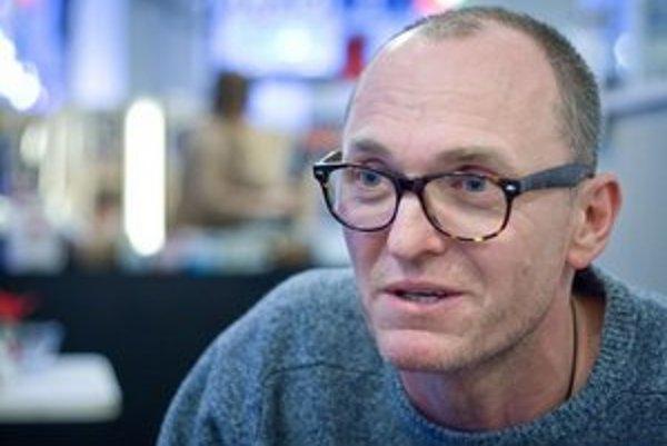 Robert Kirchhoff (45), režíroval filmy Hej Slováci, Kvety zla, Lesk a bieda SNP, Duch v stroji. Producent filmov Koliba, Nemoc tretej moci. Dokončuje film Cesta lesom o holokauste Rómov a dokončuje hudobný Jazz wars.