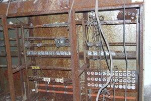 Interiér jedného z troch bunkrov. Poistky elektrických rozvodov sú rozobraté.