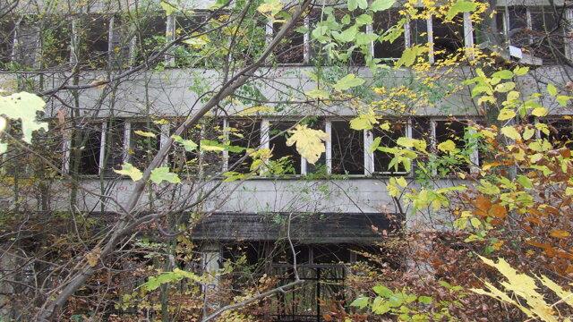 Najviac zdevastovaná je budova bývalej kasárne, ktorá sa nachádza hneď pri vstupe.