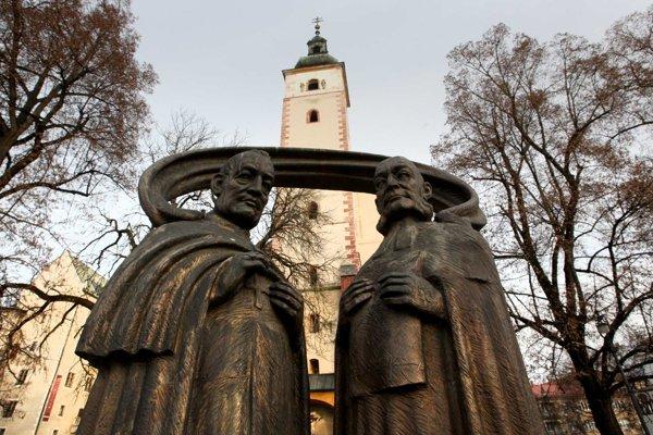 Na Námestí Š. Moysesa už stojí súsošie Karola Kuzmányho a Štefana Moysesa. K možnému umiestneniu sochy Bela IV. v hradnom areáli je viacero výhrad.