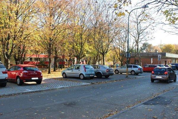 Pri výstavbe nových parkovacích miest použila mestská časť Dúbravka zatrávňovacie tvárnice.