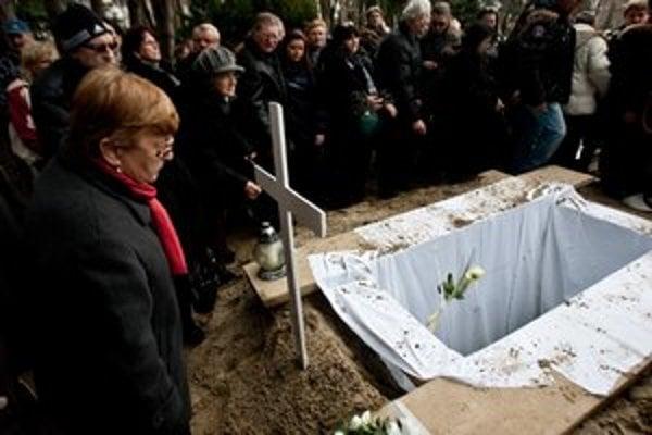Z pohrebu Lucie, ktorej mŕtve telo jej matka a otčim nechali tri roky v byte, a nikto si to nevšimol.
