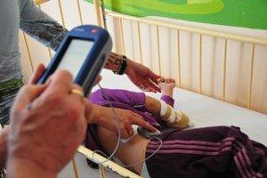 Lekár programuje množstvo lieku, ktoré bude pumpa vypúšťať do tela.