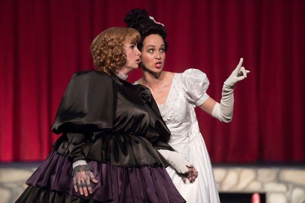 Katarína Horňáková (vľavo) ako Anička Nuličková a Tatiana Poláková ako operná diva Kristína.