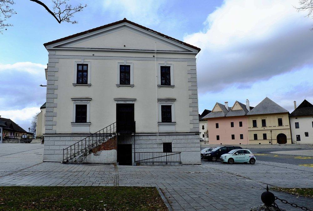 Na snímke historická budova radnice a renesančné domy.