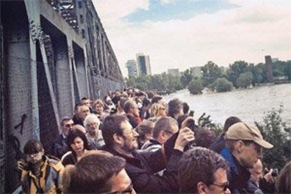 Starý most uzavreli, ľudia neboli disciplinovaní.