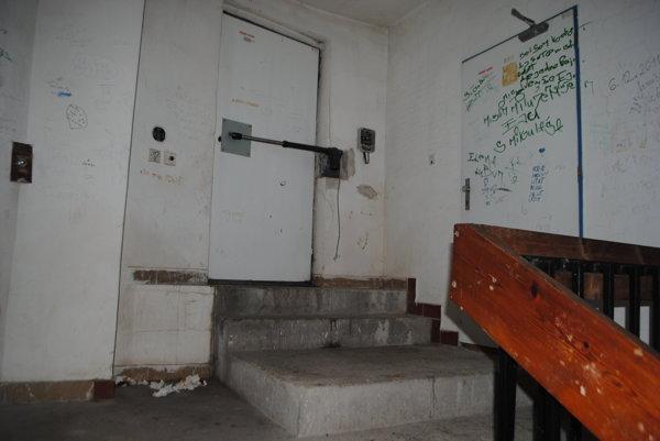 Najvrchnejšia časť bytového domu. Na teplom mieste prespávajú bezdomovci.