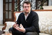 Peter Pomerantsev je britský novinár a televízny režisér. Žije v Londýne, no narodil sa v Sovietskom zväze, žil aj v Moskve. Viedol projekt Iniciatíva informačná vojna v rámci Centra pre analýzu európskej politiky a program Za hranice propagandy v Legatum Institute.