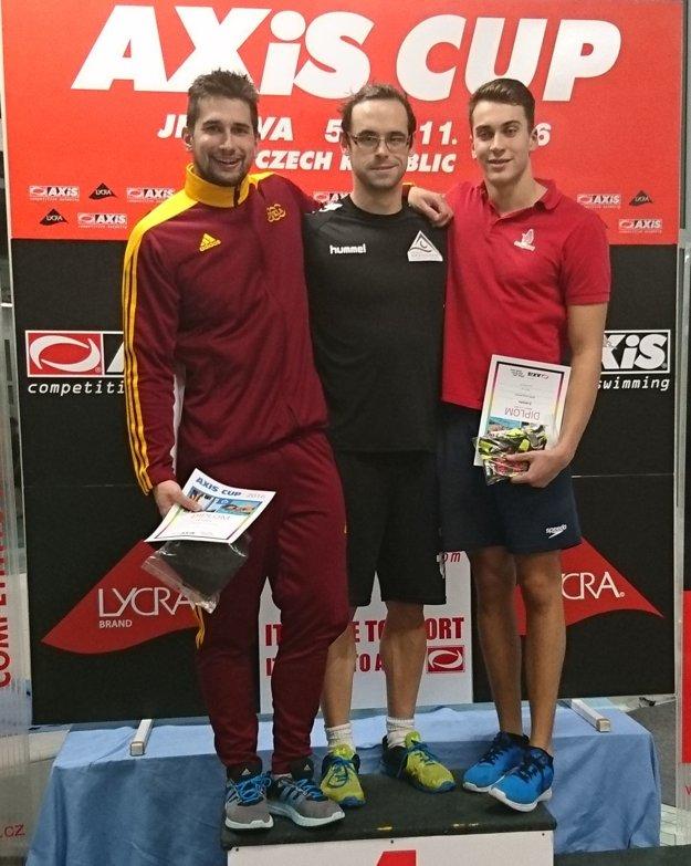 Jozef Beňo (vpravo) na Axis Cupe v Jihlave obsadil tretie miesto v disciplíne 50 prsia, vľavo odchovanec topoľčianskeho plávania Tomáš Klobučník.