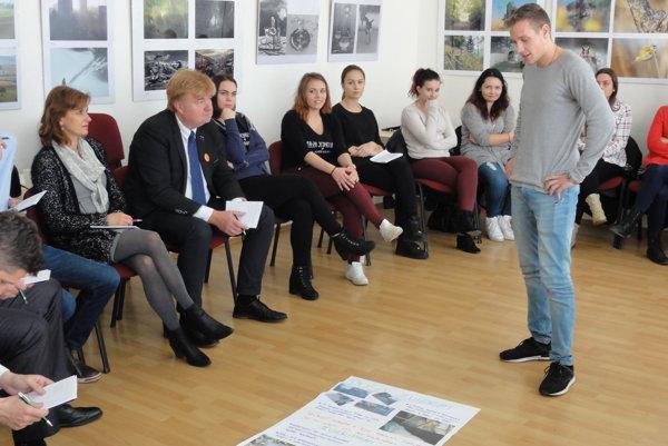 Poslanci a ďalší zástupcovia samosprávy počúvajú študentov.