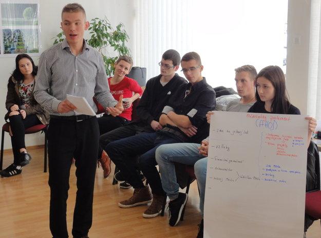Martin Dvornický a jeho tím vystupujú pred poslancami.