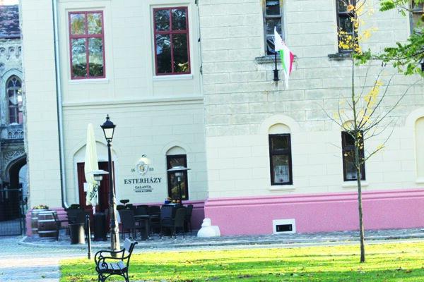 Kaviareň svinárňou sa nachádza vpriestoroch neogotického kaštieľa.