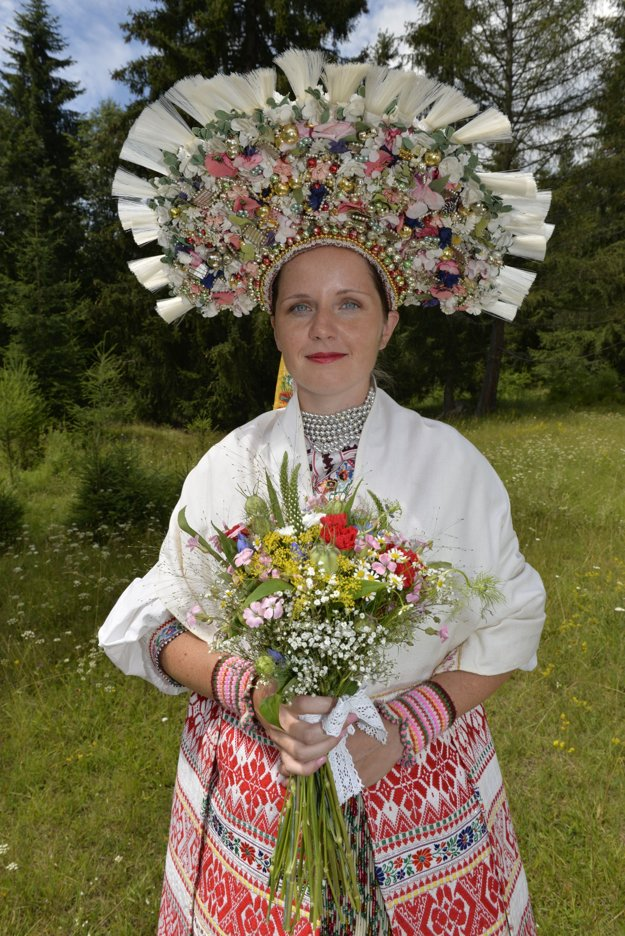 Lucia Stanová v svadobnom kroji z Važca.