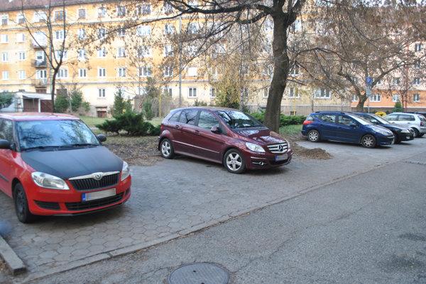 Parkovanie na Pajorovej. Autá dcéry amanželky starostu Mariána Gaja stoja bez parkovacích kariet na mieste pre rezidentov.