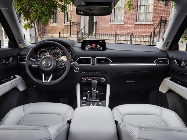 Mazda v interiéri o niečo vyvýšila stredový tunel