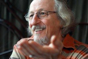 Péter Hunčík (1951)- medzinárodne uznávaný psychiater, etnopsychológ, spisovateľ, publicista, narodil sa v Šahách, žije v Dunajskej Strede. Je autorom mnohých odborných publikácií, v roku S knihou Hraničný prípad získal v roku 2009 v Maďarsku cenu Jánosa Bródyho a stal sa finalistom ceny Anasoft Litera.