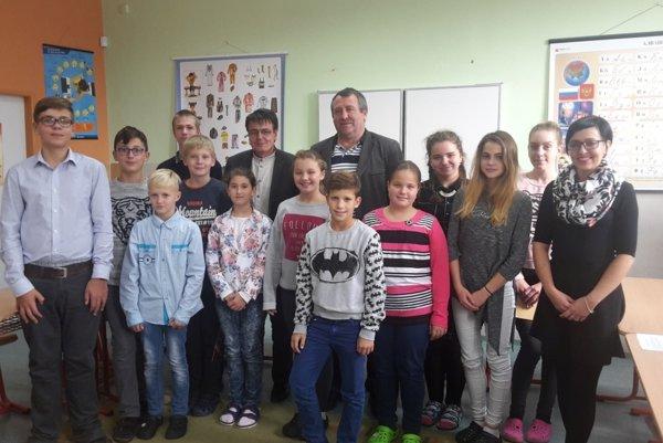 Členovia školského parlamentu po zložení sľubu so starostami.