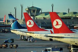 Súčasťou leteckej dopravy sú aj bezpečnostné inštrukcie pred letom.