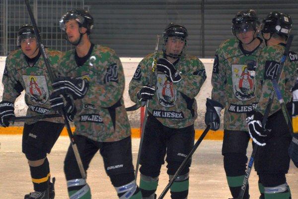 Hokejisti Liesku zvládli aj susedské derby a posunuli sa na druhú priečku.