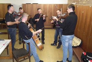 Hornooravci trénujú v šatniach Slovenského rozhlasu.