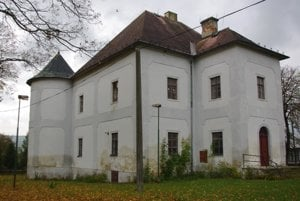 Celkový pohľad na kaštieľ v Krivanoch.