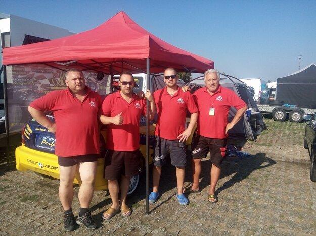 Palki Racing Team. Zľava Adrián Kramer, Palki, Miro Jarábek, Vilo Jarábek.