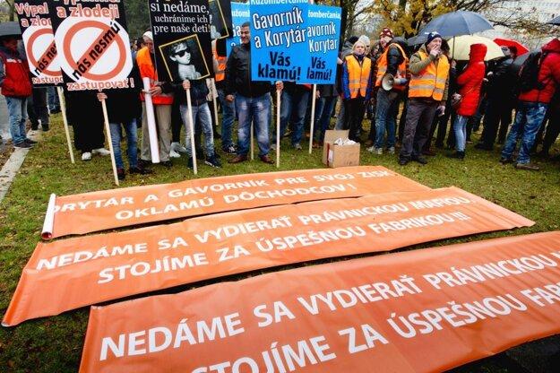 Transparenty zhromaždenia, ktoré bolo proti protestu.