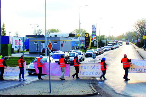 Občania sa chystajú zablokovať priechod pre chodcov. Ilustračné foto.