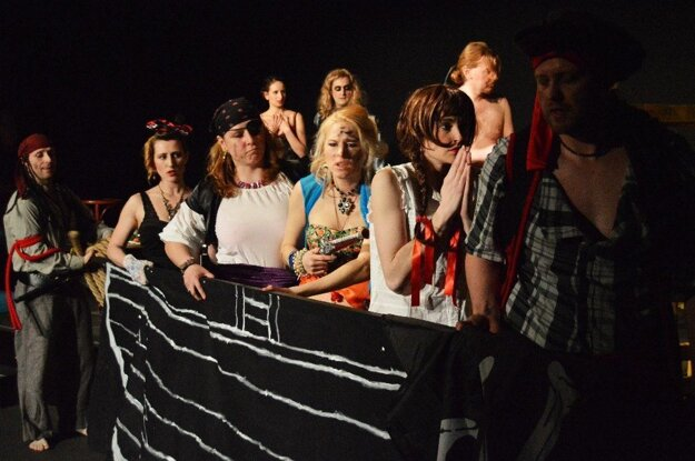 V českom divadle Rozkoš hrajú ženy pracujúce v sexbiznise, osoby pôsobiace na prostitučnej scéne a ľudia, ktorí sú na dne. Ponúknu komickú Tragédiu na Mississippi.