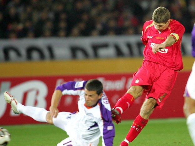 Kapitán anglického FC Liverpool Steven Gerrard (vpravo) strieľa gól do siete kostarického Deportiva Saprissa v semifinálovom zápase futbalových majstrovstiev sveta klubov 15. decembra 2005 v Jokohame, v ktorom anglický favorit zvíťazil jednoznačne 3:0. Vľavo sa ho pokúša zastaviť Gabriel Badilla.