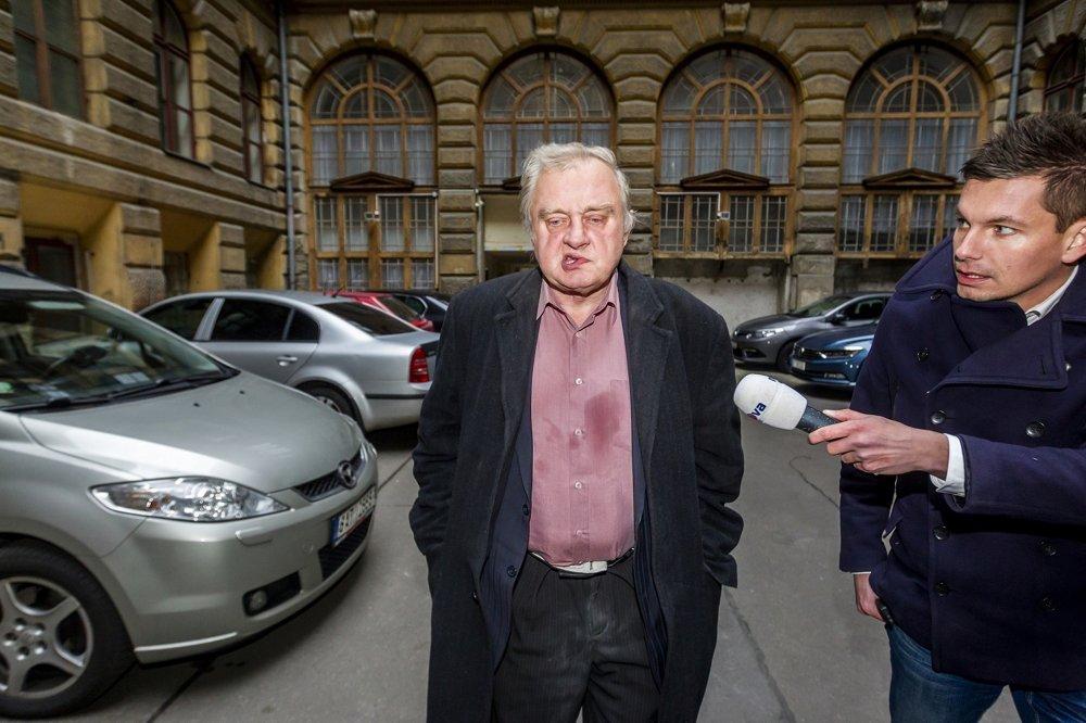 ĽUDIA, O KTORÝCH SA HOVORÍ: Petr Topič, Mafra - Miloslav Ransdorf prichádza zo švajčiarskej banky. Europoslanec Miloslav Ransdorf prichádza k špičkám KSČM vysvetliť svoje angažovanie v zürišskej banke. V Švajčiarsku bol zadržaný kvôli neoprávnenému pokusu o výber 350 miliónov eur.