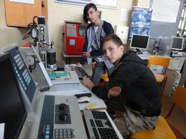 Študenti Miroslav Majer a Šimon Hlavačka. Obaja chlapci si duál pochvaľujú, naučí ich pracovným návykom.